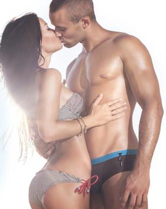 Мужчина и девушка поцелуй